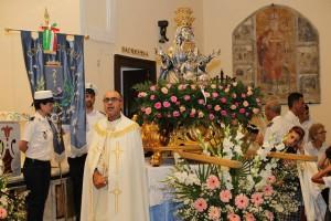 Il parroco Don Guerrino ed il busto della Madonna nella chiesa di S. Angelo - foto Ialongo C.
