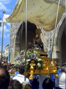 Il busto argenteo esce in processione la mattina del 21 luglio - foto Piccione M.