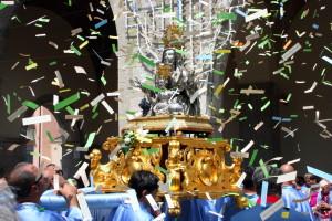 La processione del 21 luglio fa rientro in chiesa accompagnata da centinaia di fedeli - foto Meroli N.